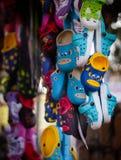 Vendeur local de pantoufles de chaussure dans l'Inde Image libre de droits
