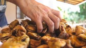 Vendeur masculin méconnaissable vendant les figues sèches sur le bazar Vue de détail sur le casse-croûte doux et savoureux dans d banque de vidéos