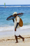 Vendeur non identifié de plage à la plage de Bavaro dans Punta Cana Image libre de droits