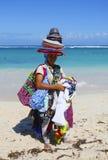 Vendeur non identifié de plage à la plage de Bavaro dans Punta Cana Image stock
