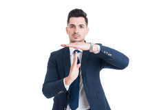 Vendeur ou courtier d'homme d'affaires faisant le geste de temps mort images stock