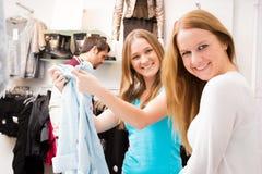 Vendeur parlant aux clients dans le magasin de mode Images stock