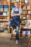 Vendeur sûr Standing Arms Crossed dans le livre Photos stock