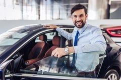 Vendeur se tenant à la voiture images stock