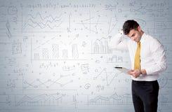 Vendeur se tenant avec les diagrammes tirés de graphique Images libres de droits