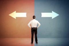 Vendeur se tenant devant deux flèches sur le backgro bleu et rouge Images stock