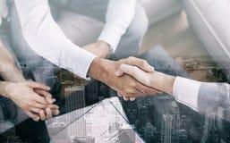 Vendeur serrant la main au client photo libre de droits
