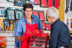 Vendeur Showing Drill Bit à équiper dans le magasin photographie stock