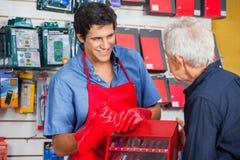 Vendeur Showing Drill Bit à équiper dans le magasin images stock