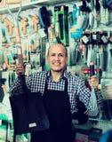 Vendeur souriant à la section de jardinage Photographie stock libre de droits