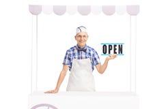 Vendeur supérieur tenant un signe ouvert Photos libres de droits