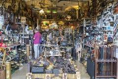 Vendeur sur le marché aux puces (Barcelone, encants d'els) images stock