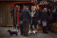 Vendeur sur le marché de Noël de Riga