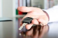 Vendeur tenant la clé de voiture Photo stock