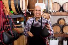 Vendeur tenant le sac espagnol de bota pour le vin Photos stock