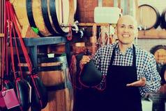 Vendeur tenant le sac espagnol de bota pour le vin Photo stock