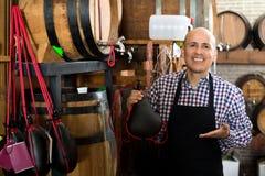 Vendeur tenant le sac espagnol de bota pour le vin Photographie stock libre de droits