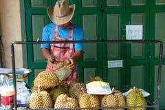 Vendeur thaïlandais de durian du marché de stret photos libres de droits