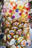 Vendeur vendant le parapluie pour que les passionnés bénissent un dieu indou Ganesh au marché local le premier jour de Ganesh Images libres de droits