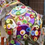 Vendeur vendant le parapluie pour que les passionnés bénissent un dieu indou Ganesh au marché local le premier jour de Ganesh Photo stock