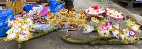 Vendeur vendant les fleurs fraîches, légumes, fruits, parapluie pour que les passionnés bénissent un dieu indou Ganesh au marché  Photo stock