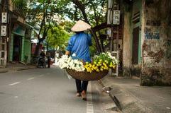 Vendeur vietnamien de fleuriste à Hanoï Image libre de droits