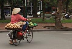 Vendeur vietnamien de fruit avec le chapeau conique Images stock