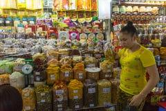 Vendeur vietnamien sur le marché central Images stock