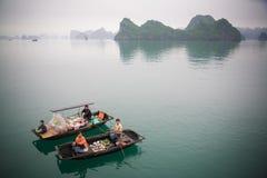 Vendeurs dans le compartiment de Halong, Vietnam Photographie stock libre de droits