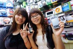 Vendeurs dans le magasin de téléphone portable Photo libre de droits