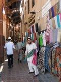 Vendeurs dans le souk de textile dans le bureau Dubaï images stock