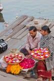 Vendeurs de dévotion d'aides sur le Gange photographie stock