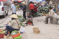 Vendeurs de fruit sur la rue dans le Lat du DA, Vietnam Image libre de droits
