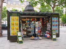 Vendeurs de journaux le long de la rue à Paris. 19 juin 2012. Image stock
