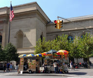Vendeurs de nourriture de rue de New York City sur la 5ème avenue, les gens près du Musée d'Art métropolitain, réuni, Manhattan,  Images libres de droits