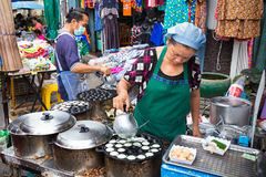 Vendeurs de nourriture de rue faisant cuire le dessert thaïlandais Photos libres de droits