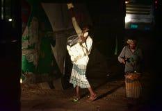 Vendeurs de nourriture de rue à la photo unique de nuit photos stock