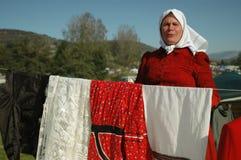 Vendeurs et acheteurs à la foire, Roumanie Images libres de droits