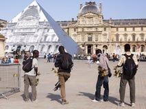 Vendeurs illégaux de souvenir près du Louvre à Paris 09/06/2016 Photographie stock
