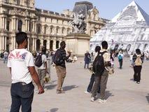 Vendeurs illégaux de souvenir près du Louvre à Paris 09/06/2016 Image stock