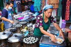 Vendeurs thaïlandais locaux de nourriture faisant un dessert thaïlandais pour des clients à a Photos libres de droits
