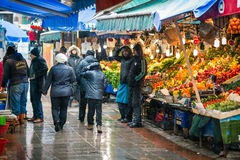 Vendeurs turcs du marché et de fruit en hiver Image stock