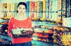 Vendeuse dans la boutique de bonbons Images libres de droits