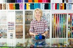 Vendeuse de femme avec des boules de fil Photographie stock libre de droits