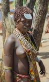Vendeuse de femme de Hamar au marché de village Abaissez Omo Va Image stock