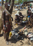 Vendeuse de femme de Hamar au marché de village Abaissez Omo Va Images libres de droits