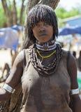 Vendeuse de femme de Hamar au marché de village Turmi Abaissez la vallée d'Omo l'ethiopie Photos stock