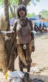 Vendeuse de femme de Hamar au marché de village Turmi Abaissez la vallée d'Omo l'ethiopie Photo libre de droits