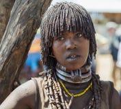 Vendeuse de femme de Hamar au marché de village Turmi, vallée d'Omo, Ethiopie Photographie stock libre de droits