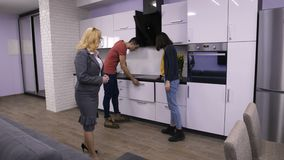 Vendeuse parlant aux clients dans l'appartement clips vidéos